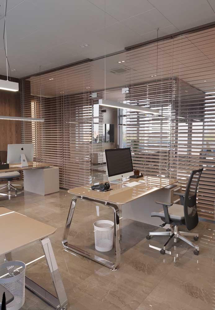 Modelo de escritório com móveis modernos e ergonômicos; repare que as bancadas de trabalho são todas iguais