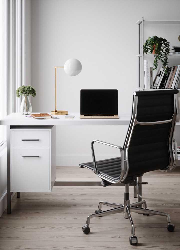 Escritório com muita luz natural, móveis planejados e uma paleta de cores original
