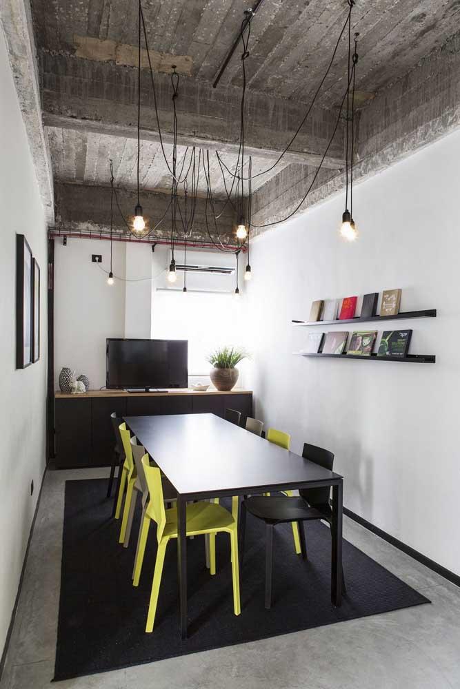 A sala de reuniões desse escritório ganhou cadeiras em preto e amarelo caracterizando um ambiente moderno e despojado