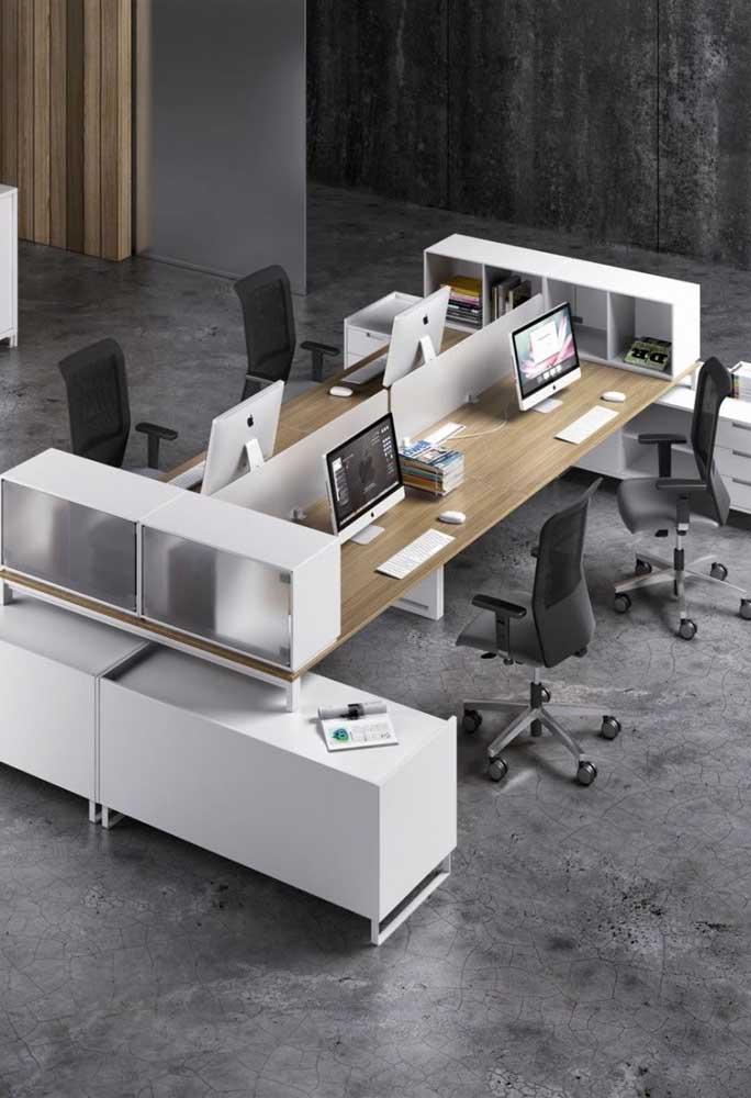 Um escritório com móveis tradicionais e bancada planejada; destaque para o piso de cimento queimado