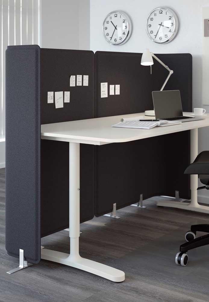 Exemplo de escritório simples, com mesa em plástico e biombo