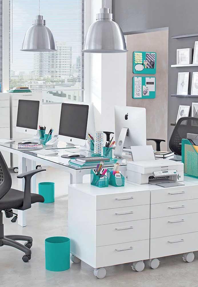 Escritório irreverente com pontos de cor e móveis simples, provavelmente seguindo a identidade visual da marca