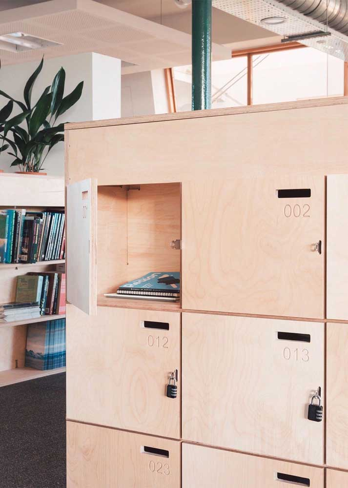 Armários para escritório não precisam ser sem graça; esse modelo, por exemplo, foi feito em madeira e combina com o estilo industrial do ambiente