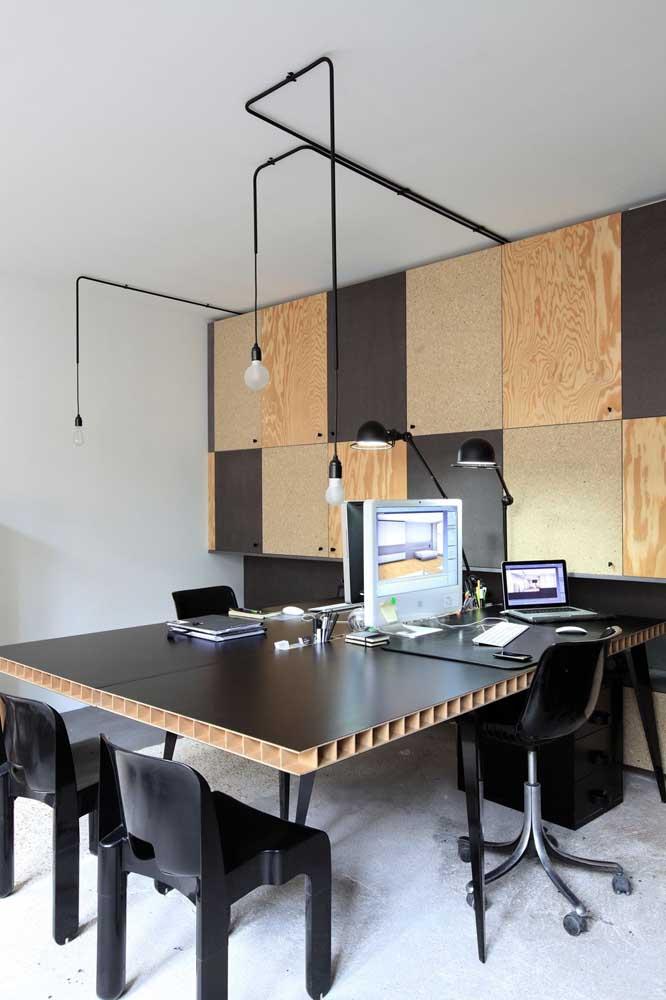 Os painéis, as placas e o tampo da mesa desse escritório conferem um estilo mais que original para o local de trabalho