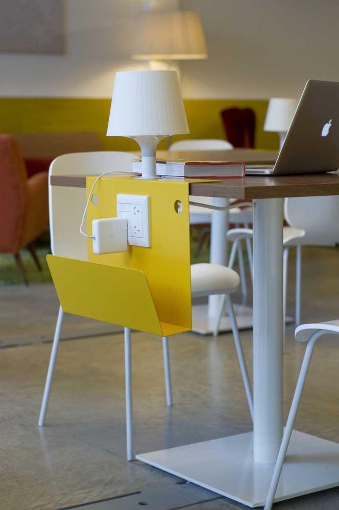 Que recurso interessante: uma peça feita especialmente para carregadores de celulares instalada ao lado da mesa do escritório