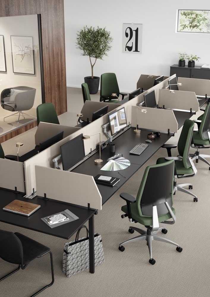 Móveis para um escritório tradicional, com cadeiras confortáveis e baias longas; destaque para o tom de verde musgo das cadeiras