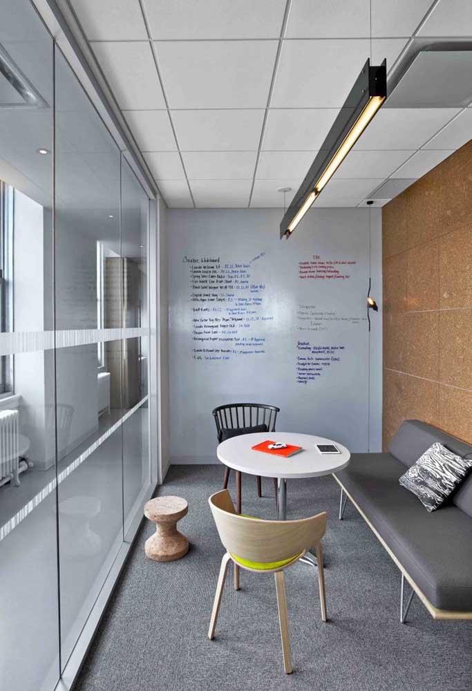 Uma sala de briefing moderna e estilosa