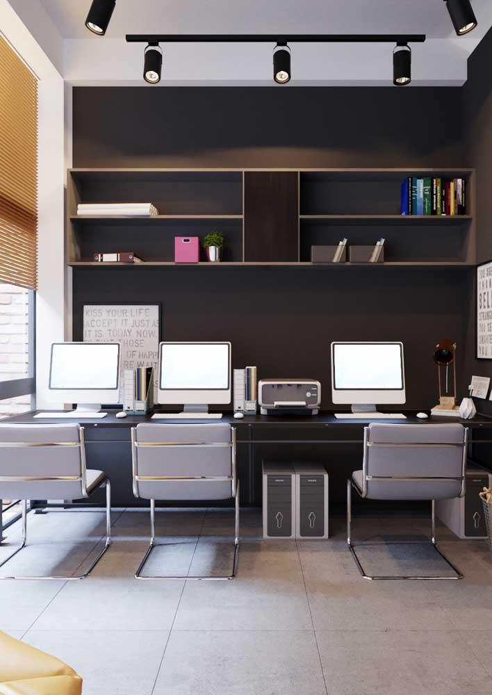 Aqui, os móveis planejados otimizam o espaço do escritório