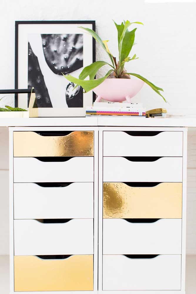 Tons metalizados para o gaveteiro do escritório; uma ideia para você mesmo fazer