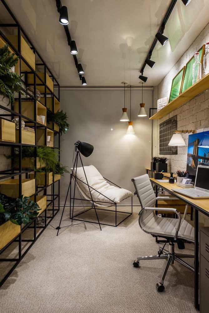 Rústico, moderno e industrial: os móveis que ditam o estilo desse escritório