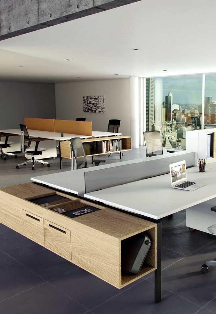 Escritórios grandes ficam ótimos com bancadas maiores capazes de abrigar mais de um funcionário