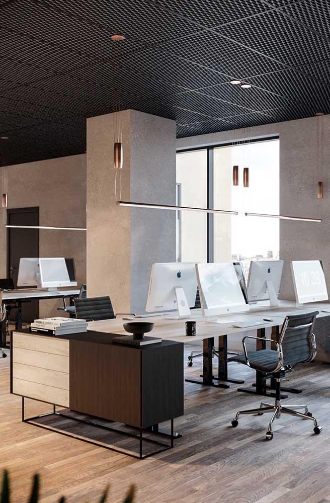 Escritório moderno e elegante com pendentes originais sobre as bancadas