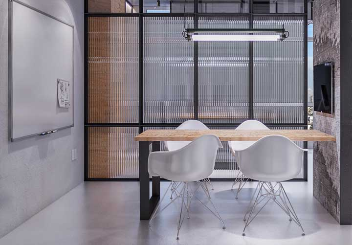 Uma inspiração de escritório simples e tradicional, onde os móveis planejados trazem mais funcionalidade ao ambiente