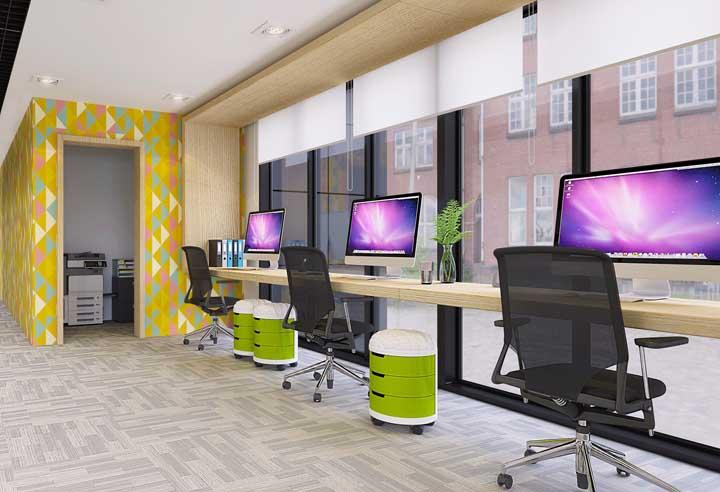 Esse escritório contou com um estilo mais que moderno, cheio de cores, móveis diversificados e multifuncionais