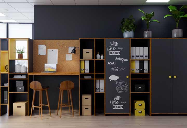 Escritório com móveis tradicionais em espaço bem planejado