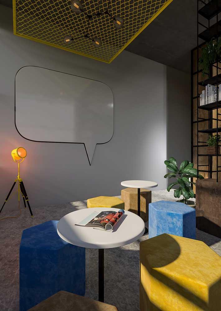 Escritórios mais modernos e irreverentes podem contar com móveis coloridos e diversificados