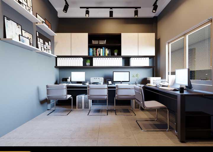 Móveis planejados para o escritório clean e estiloso; repare que as prateleiras arrematam o projeto de decoração