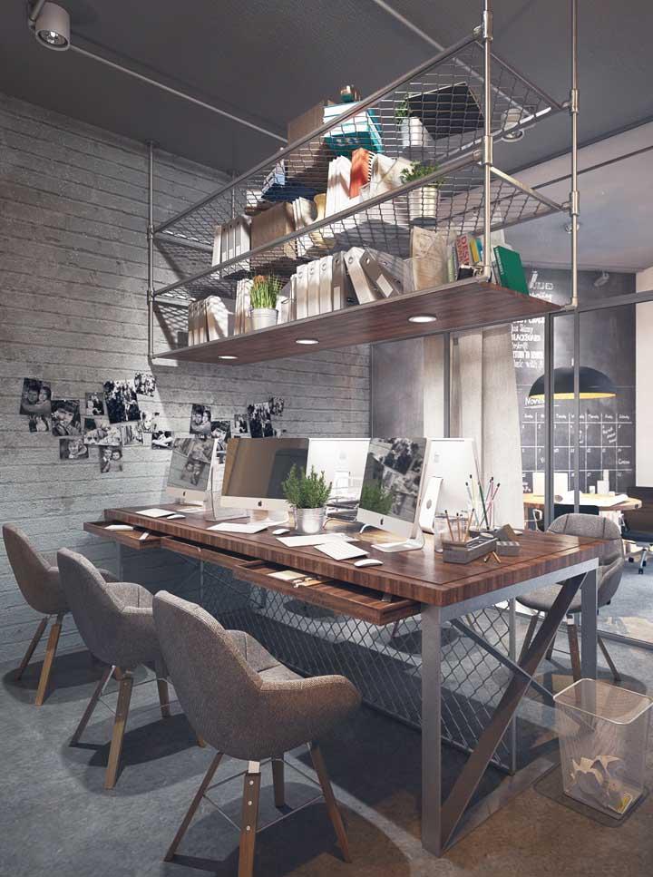 Esse escritório com design industrial ganhou uma prateleira suspensa para arquivos e pastas, logo acima da mesa