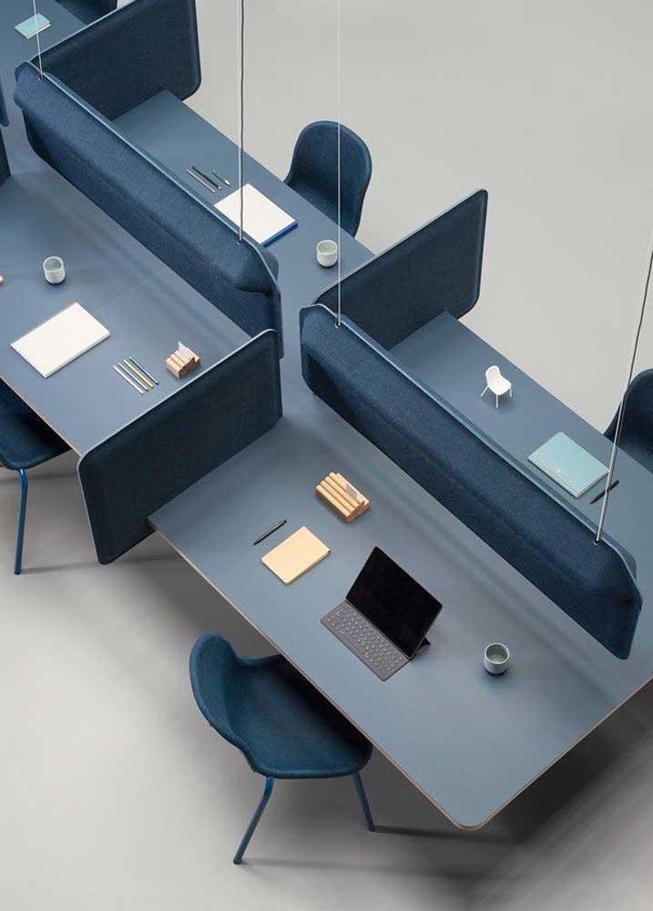 Um escritório visto de cima com baias padronizadas e suspensas