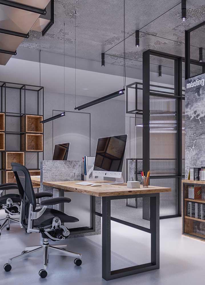 Esse elegante escritório contou com cadeiras ergonômicas e mesa em madeira com divisória para duas pessoas