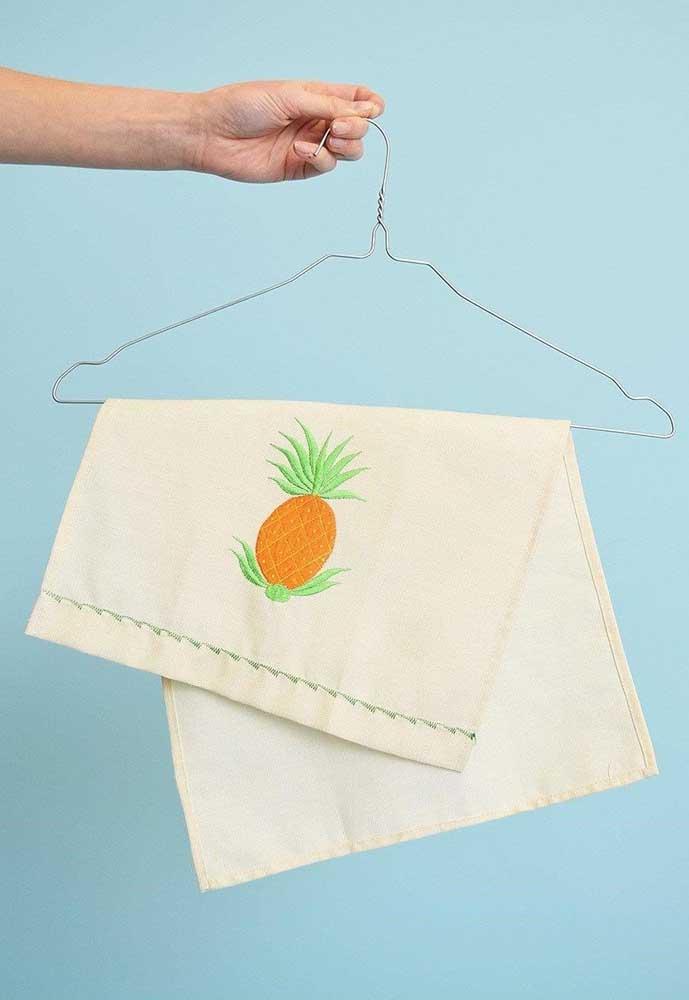 O bordado de abacaxi no pano de prato segue a mesma tendência dos cactos e enche a cozinha de descontração
