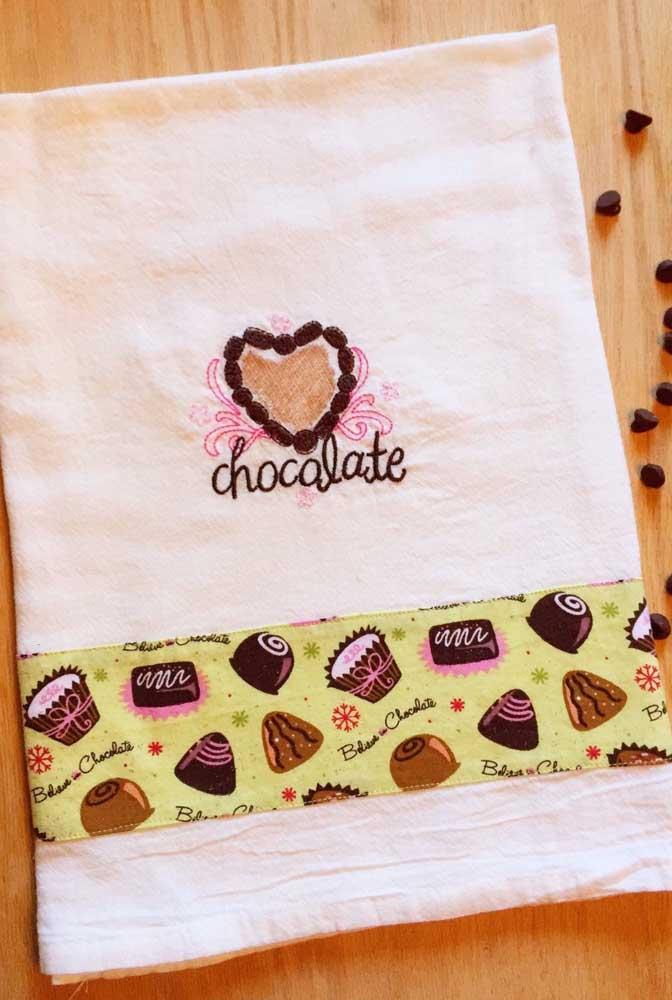 Coração de chocolate bordado no pano; o barrado completa o artesanato