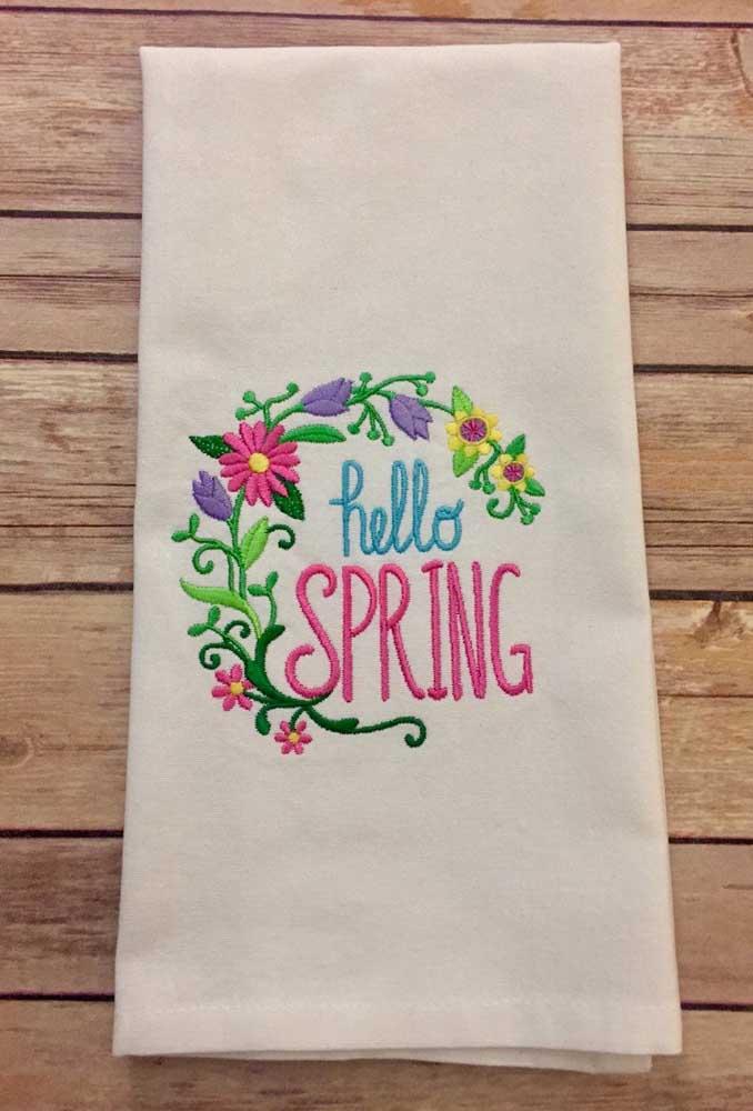 O bordado no pano de prato anuncia a chegada da primavera