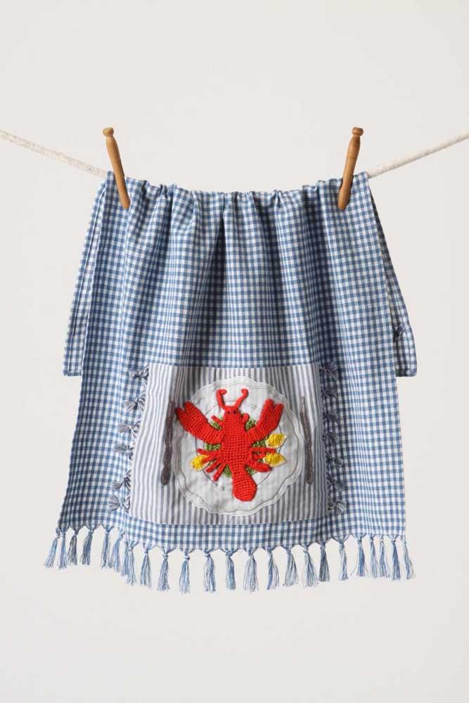 Que charme esse pano de prato xadrez com bordado de lagosta; diferente e criativo