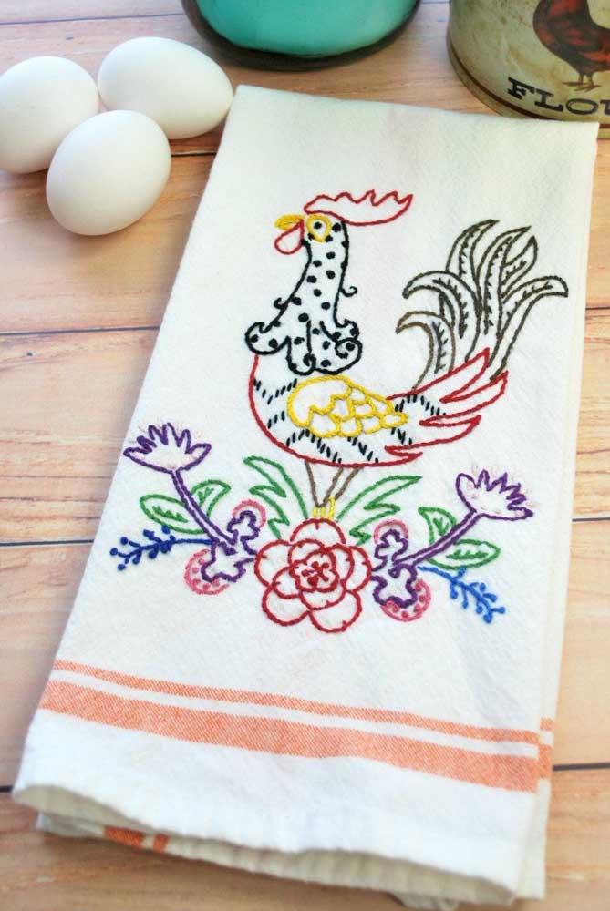 Galinhas: um dos temas preferidos para decorar a cozinha virou bordado para pano de prato