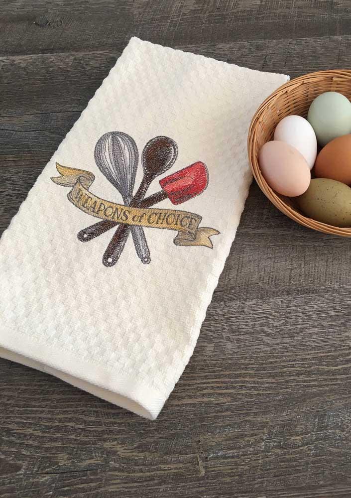 Os panos de prato atoalhados recebem muito bem o bordado e são muito úteis no dia a dia