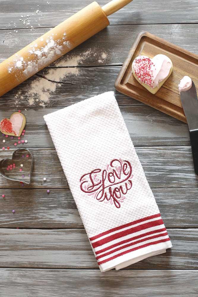 """Pano de prato atoalhado com bordado de letras escrito """"i love you""""; o barradinho completa o visual"""