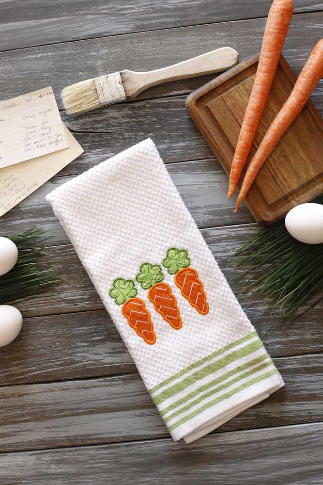 As cenouras decoram esse pano de prato que pode ser tanto tema de Páscoa, quanto usado em dias comuns