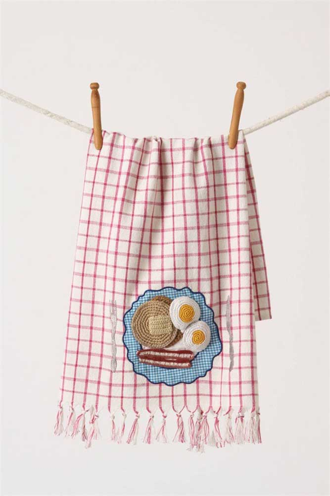 Mais uma sugestão criativa de cardápio bordado no pano de prato: ovos, bacon e panquecas