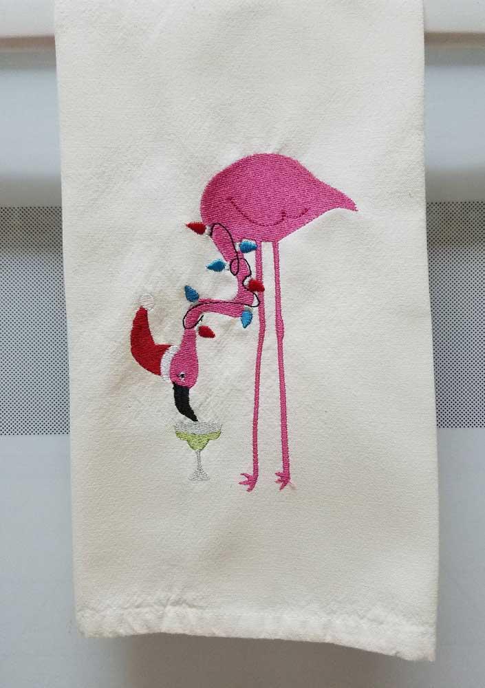 Os flamingos, outro ícone da decoração atual, também marcam presença nos bordados de pano de prato