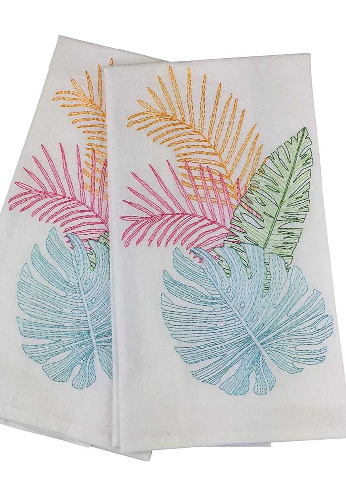 Pano de prato com bordado feito na máquina no tema folhas; repare que as cores variadas deixam o trabalho ainda mais bonito