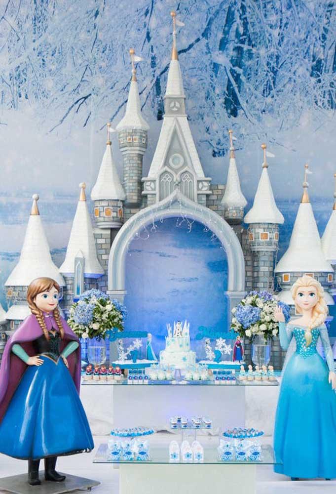 Olha que luxo essa decoração com o tema Frozen. O destaque fica por conta do belo painel no formato de castelo.