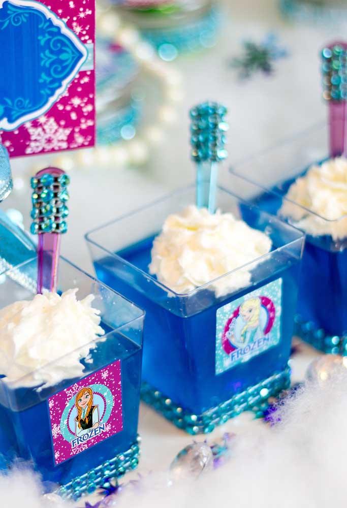 Quer surpreender os convidados? Prepare gelatina azul e coloque em copinhos transparentes.