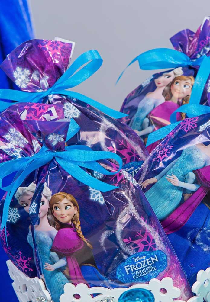Saquinhos personalizados com o tema Frozen são perfeitos para entregar como lembrancinha.