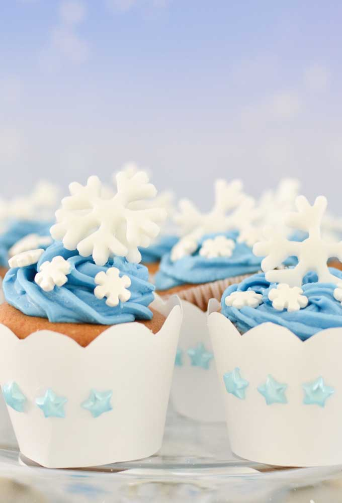 Decore os cupcakes com floquinhos de neve.