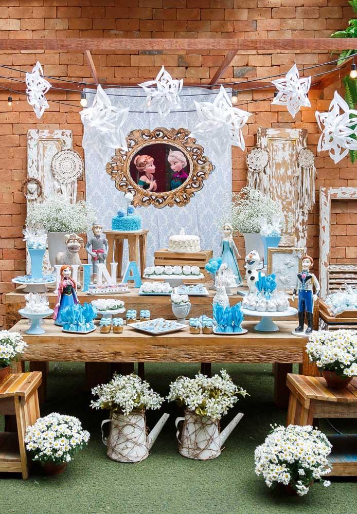 Quer seguir o estilo de decoração mais rústica? Basta usar mesas de madeira e parede de tijolos.