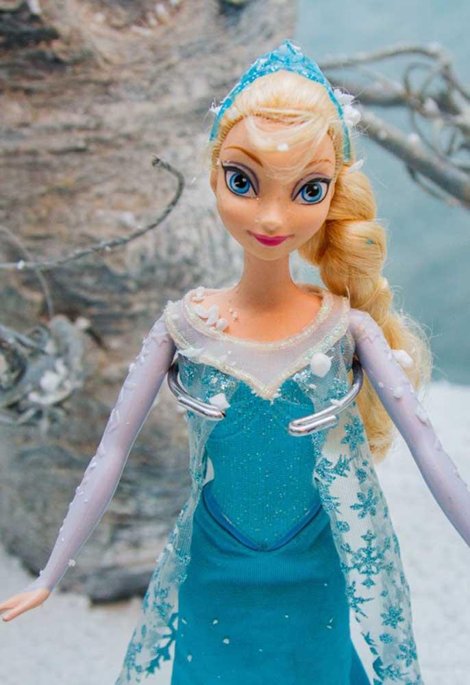 A Elsa é um dos personagens principais do Frozen. Portanto, não pode faltar na decoração da festa.