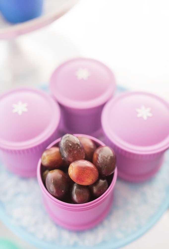 Coloque as frutas nos potinhos na hora de servir aos convidados.