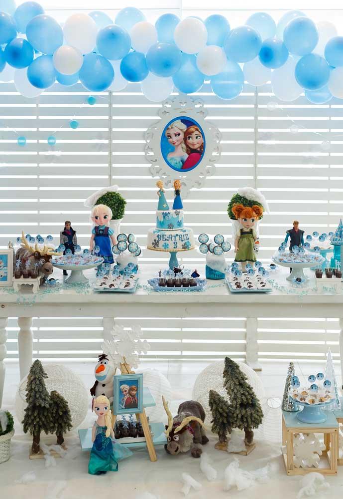 Use como referência para a decoração os dois momentos das princesas Elsa e Anna: quando eram crianças e quando se tornaram adultas.