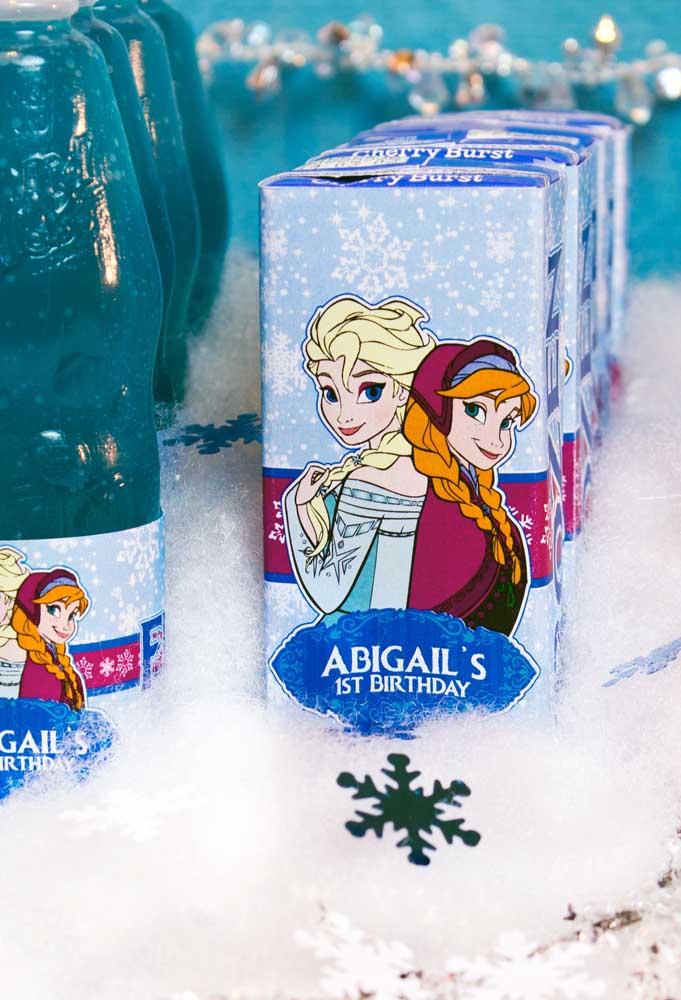 Festa Frozen sem neve não existe. Portanto, procure por materiais que sejam parecidos com a neve.