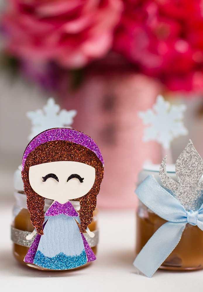 Algumas decorações você mesmo pode fazer como essa bonequinha de papel no formato da personagem Anna.