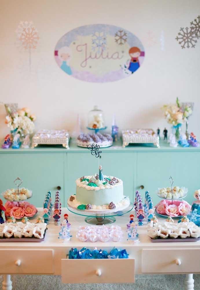 Olha que mesa fofa e delicada foi preparada para comemorar o aniversário com o tema Frozen;