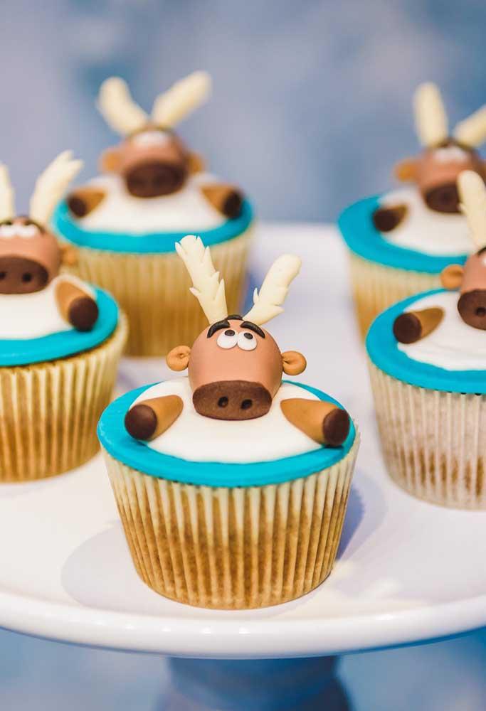 Que tal fazer uma decoração mais engraçada? Use alguns personagens em posições diferenciadas no topo dos doces.