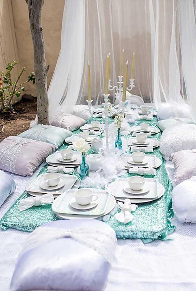 Uma opção diferente e interessante é servir os convidados no chão. Coloque bastante almofadas e capriche na decoração da mesa.