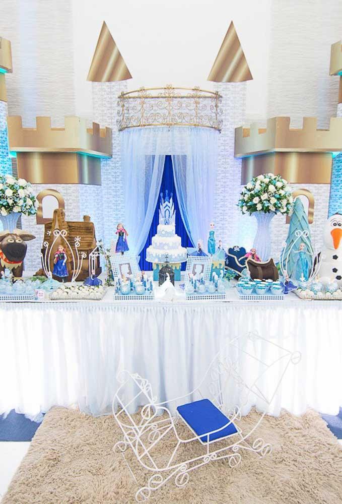 Transporte as crianças para o belo Castelo da Elsa. Para isso, use painéis que fazem referência ao tema.