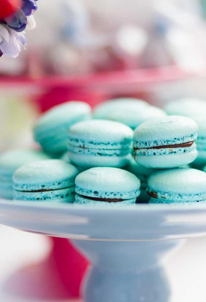Não deixe de servir macarons na festa, mas para combinar com o tema, use somente na cor azul.